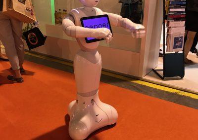 Ein freundlicher Roboter begrüßt die Messebesucher